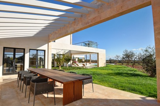 Very welcoming terrace with dining area