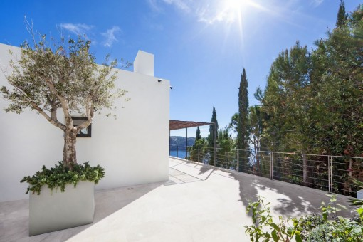 The villa stands on a plot of 1.085 sqm