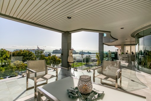 Spectacular, luxurious penthouse with views over the bay of Palma, right on the first sea line on the Paseo Maritimo