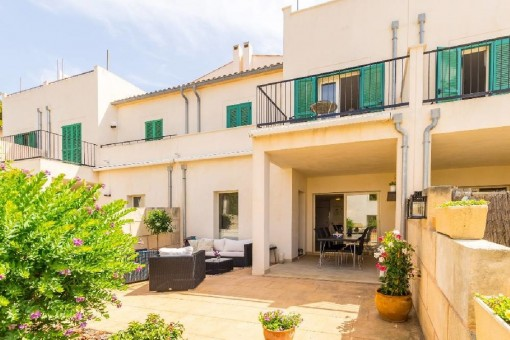 Spacious terraced house in a well-maintained, centrally-located residential complex with a large communal pool in Cala Ratjada