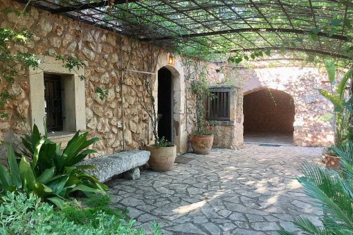 Unfurnished, well-equipped natural-stone finca with idyllic garden near Costitx