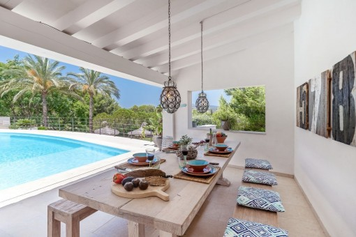 Nice dining area beside the pool