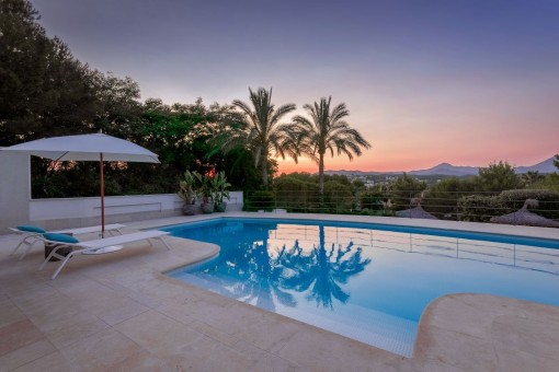 Enjoy the idyllic sunsets at the pool
