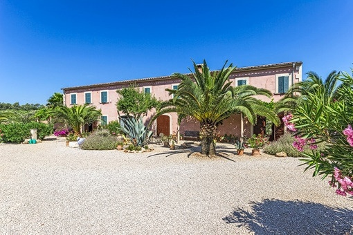 Attractive Mallorcan country estate with agrotourism license for individual houses dating back to the 16th century