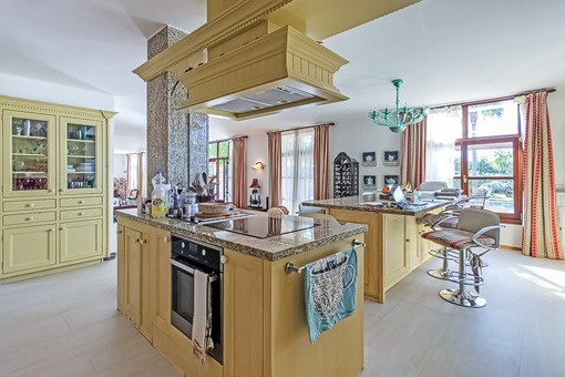 Luxury kitchen with cooking island