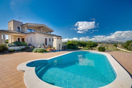 Nybyggt hus i sluttning med panoramautsikt ut över det vackra landskapet på norra Mallorca