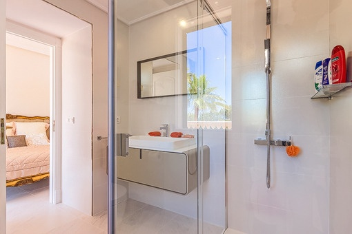 Modern bathroom en suite with shower