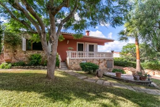 Underbar villa med spektakulär utsikt över bergen, gästlägenhet och pool i Portol