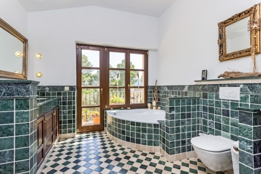 One out of 4 bathrooms with jacuzzi