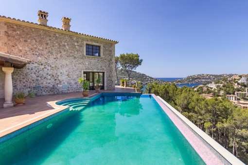 Mediterranean country house with pool and sea view in the Southwest