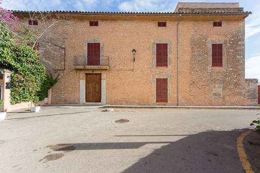 Elegant 19th Century Manor House on the edge of Santa Maria, partially refurbished