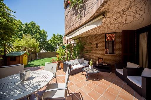 Modern och rymlig lägenhet med terrass och gemensam pool i Son Armadams