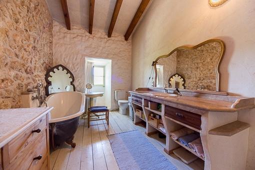 Lovely bathroom with bath tub