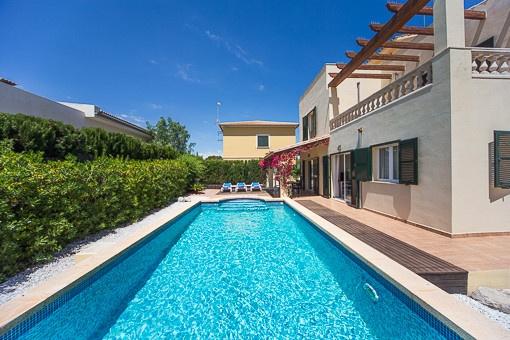 Ny villa med pool och havsutsikt från takterrassen i Son Serra de Marina