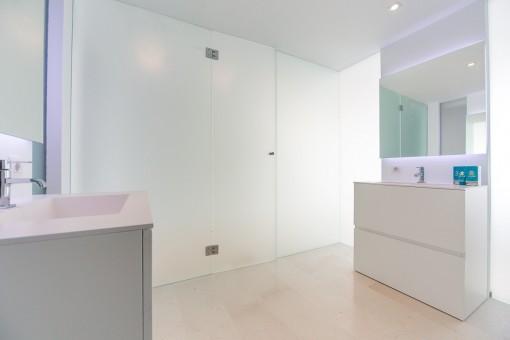 Bathroom with washbasin