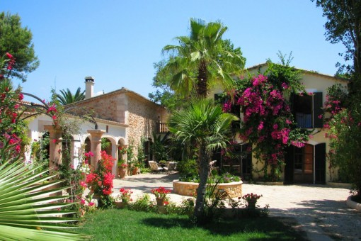 A large mediterranen park surrounds the property