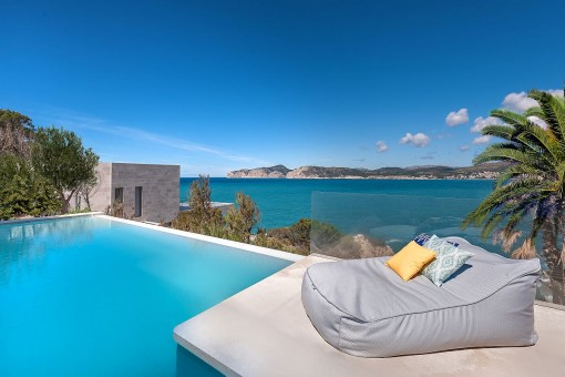 Splendid chill-out area on the swimmingpool
