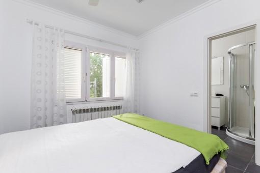 The guest bedroom has a bathroom en suite