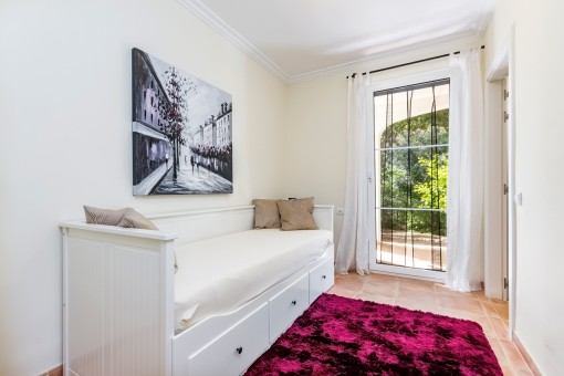 Bright guest room with access to the outside area