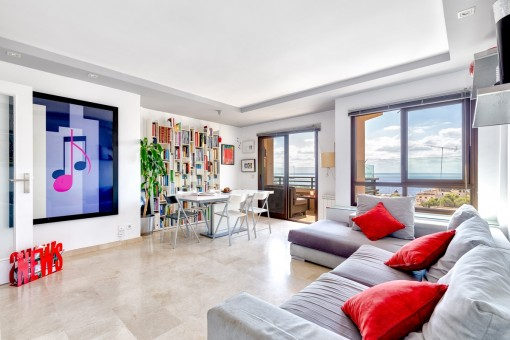 Capacious living area with direct access to the balcony