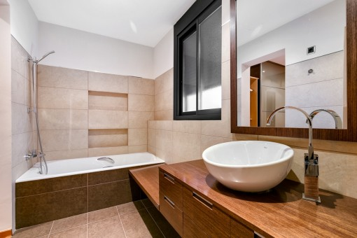 Bathroom en suite with bathtub
