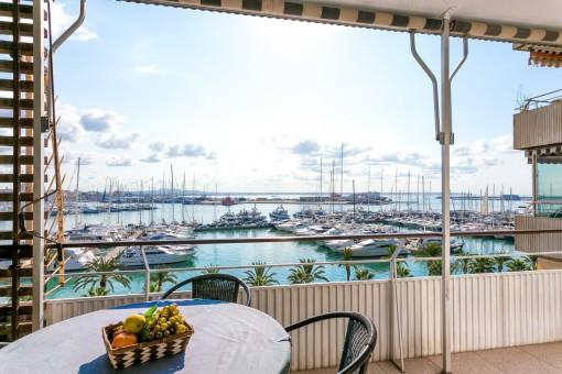 Första linjen mot havet ligger denna lägenhet med underbar havsutsikt i Palma på Paseo Maritimo