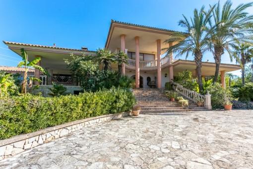 Hollywood på Mallorca - magnifik och charmig villa i Inca med massor av marmor, stora terrasser, en mycket privat plats och svepande vyer, som kräver renovering