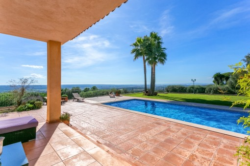 Ample pool terrace with sun loungers