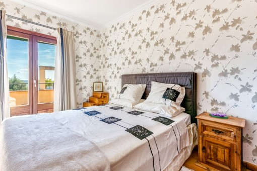 Double-bedroom with natural light and access to the surrounding terrace