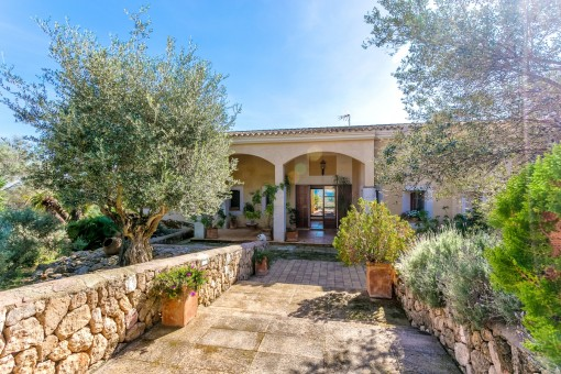 Enchanting entrance to the villa