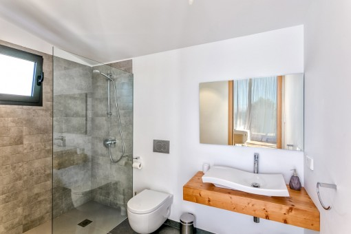 The master bedroom offers a bathroom en suite