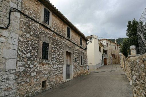 Charming project: original village house with garage, patio, roof terrace and expansion possibilities in Biniamar