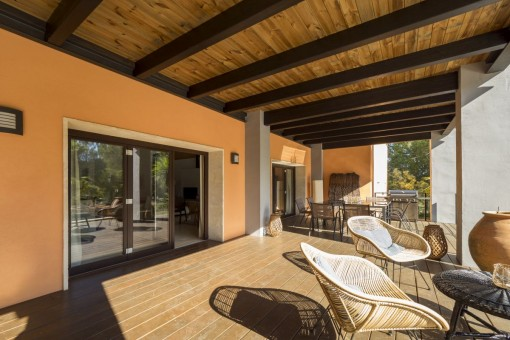 Covered terrace with barbecue and dining area