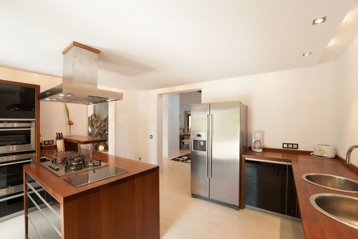 Modern and fully equipped kitchen with cooking island