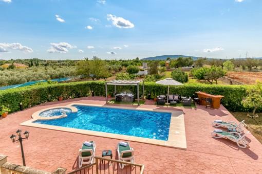 Lugnt belägen finca med uthyrningslicens, pool och panoramautsikt över Tramuntana