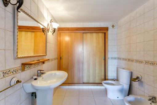 Bathroom with built-in wardrobe