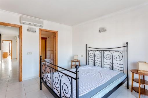 Large double bedroom with bathroom en suite