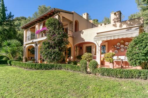 A beautiful and mediterranen garden surrounds the villa