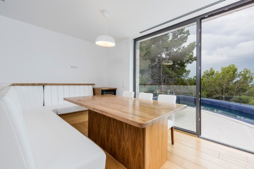 Cosy dining area with access to the terrace