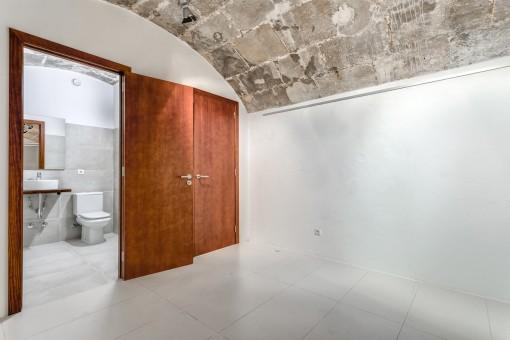 The room offers a bathroom en suite