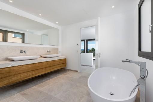 Alternative view of the en suite bathroom