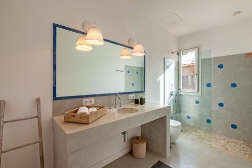 Elegant bathroom en suite