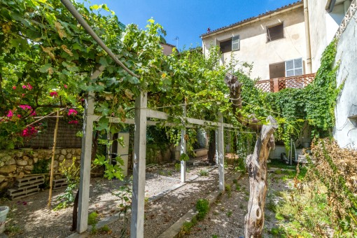 Large, centrally located house with garden in Soller