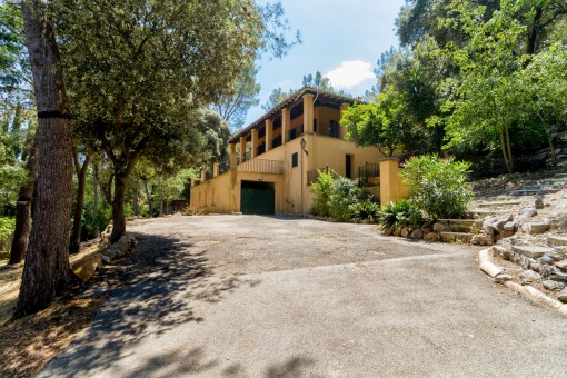 Finca requiring renovation with a large plot only a few steps from the village Esporles