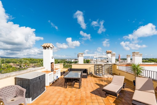Spacious roof terrace with barbecue area