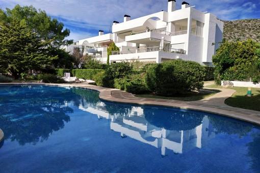 Bottenvåningslägenhet i ett vackert bostadsområde med pool 100 meter från stranden i Port Pollensa