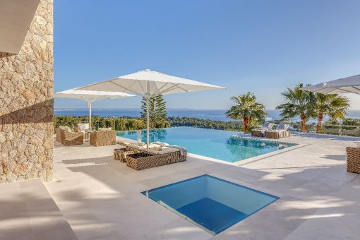 Marvellous pool area with sea views