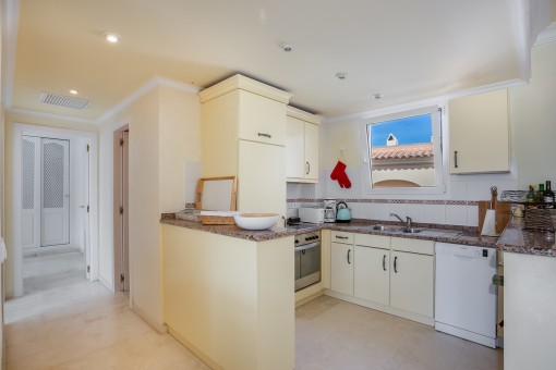 Open and fully fitted kitchen