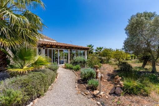 Idyllisk finca med vinterträdgård och spektakulär havsutsikt, omgiven av palmer i Ses Salines