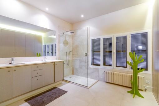 Spacious bathrooom with shower